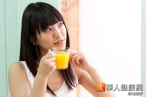 江詩雯營養師表示,每天喝一杯含有維生素C和膳食纖維的蔬果汁,有助於延緩肌膚老化,對抗初老症。