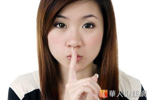 白帶是多數女性難以啟齒的煩惱,長期置之不理易導致私密處飄散惡臭、搔癢感劇烈。