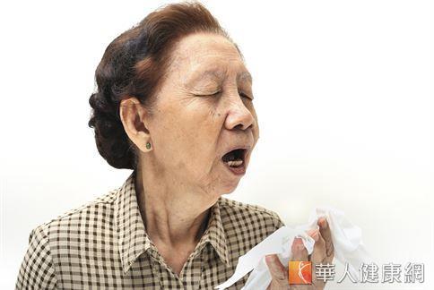 不只有感冒才會讓民眾出現咳嗽症狀,肺結核、肺炎,甚至於肺癌患者、淋巴癌、支氣管上皮細胞癌,都可能會有慢性咳嗽的症狀發生。