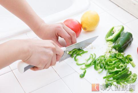 醫師建議接受化學治療的癌症病患不要吃生食,才能降低感染病菌的風險。