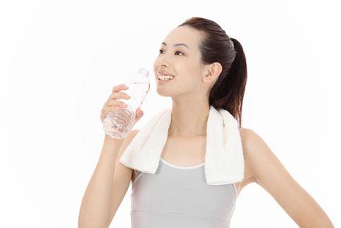 炎炎夏日多喝水,不僅養生消暑又可幫助體內排毒。
