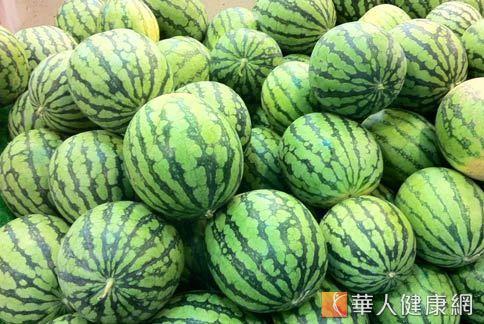 西瓜含水量高又富含維生素C,屬夏日寒涼性水果。(圖片/本網站資料照片)