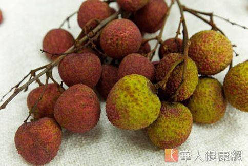 夏季盛產的荔枝,屬於容易上火、胃熱的水果,過量攝取容易造成便祕,增加痔瘡的發作機率。(圖片/本網站資料照片)
