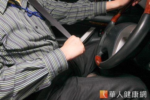 台灣法律規定癲癇病患不得報考駕照,若已領有駕照的癲癇朋友,須注意自身的癲癇發作狀況頻率,與醫師討論是否合適駕駛。