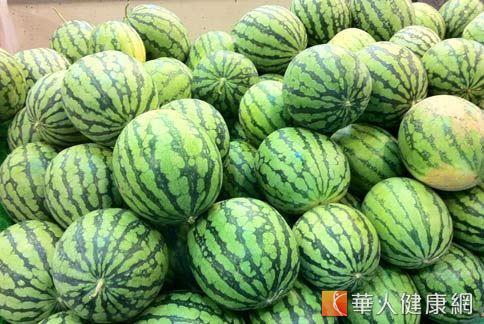 網路上盛傳吃剩的西瓜皮能治痘痘,有鎮定、消炎、補水以及美白的效果。