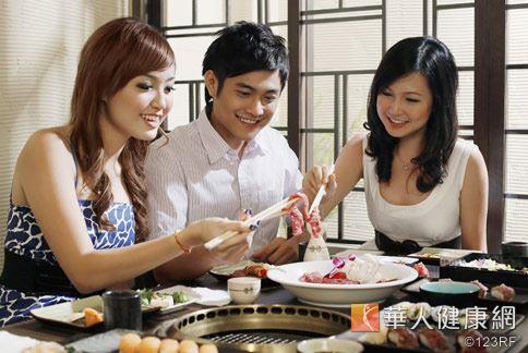 夏日飲食應避免生食,不論海鮮或是肉類食物都應煮熟食用。
