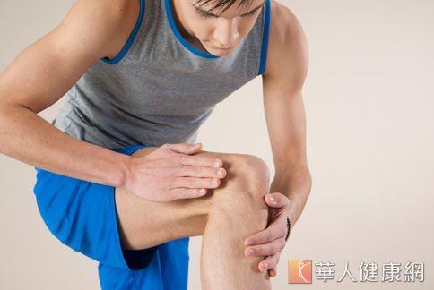 車禍撞傷膝蓋的人感覺疼痛,但此疼痛可能隱藏著難以察覺的膝關節韌帶斷裂及半月板破裂。圖非事件人物。