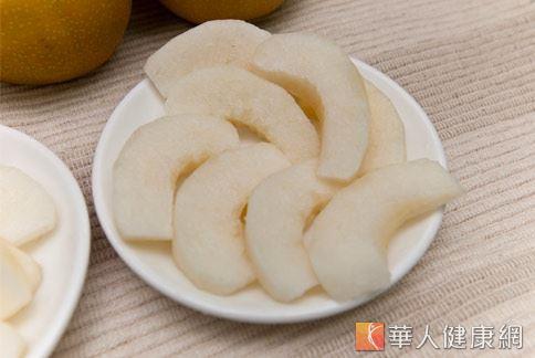 水梨中含有的膳食纖維不但能幫助腸胃蠕動。以中醫理論來看,水梨更有止咳、潤肺、清熱解毒、潤腸的作用,適量食用有助改善便秘問題。(圖片/本站資料畫面)