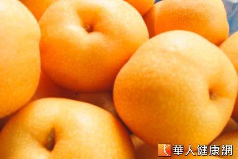 水梨本身性質雖偏寒涼,但只要經過熬煮的手續,就能減低其本身的寒性,不僅滋味鮮美,更有潤燥痰、止咳的效果。