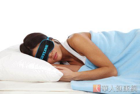 美國學者指出,睡眠品質不良,生理時鐘改變,會影響體內的生育荷爾蒙,因此擾亂排卵與經期。