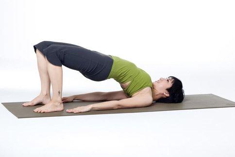 瑜珈老師 LuLu示範橋式瑜珈,有助於減輕經痛。