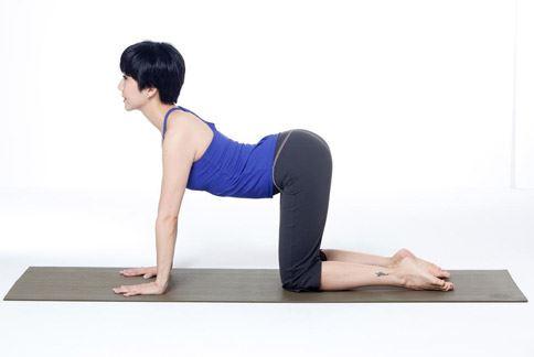 瑜珈老師 LuLu示範貓式瑜珈,減緩經期前下腹的不適。