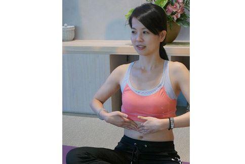 精油按摩是將食指、中指與無名指放在下腹部,圍繞肚臍以順時針方向按摩。