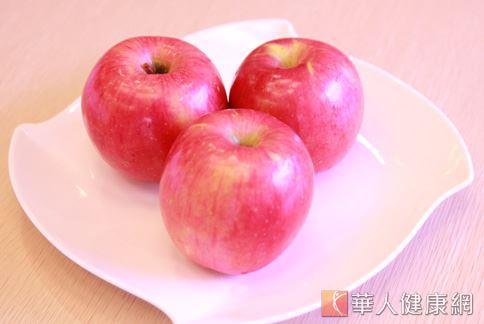 蘋果口味香甜,與苦瓜、排骨等食材煮成湯品,可補充營養,提升免疫力,預防因營養失衡所引起的嘴破。(圖片/本網站資料照片)