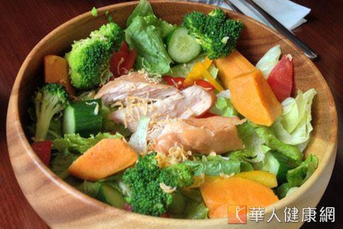 雞肉綜合沙拉的味道清爽,又含有豐富營養素,適合做為嘴破時食用。