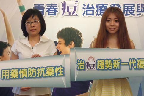 李婉若醫師(左)表示,在不同階段用不同的治療方式,才能有效對抗青春痘問題。(攝影/黃曼瑩)
