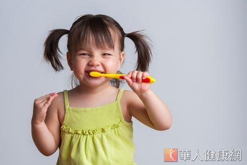 幼兒使用含氟牙膏預防蛀牙,用量不可過多,且刷完牙後應確實漱口。