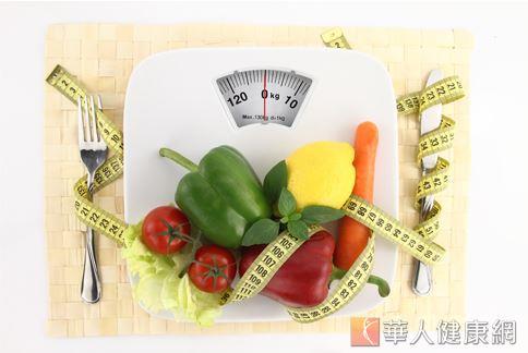 減重專家提醒,斷食或節食的飲食方式,不僅對於減重效果不大,還會有維生素、每日六大營養素攝取不足的疑慮,反而對減重效果不利。