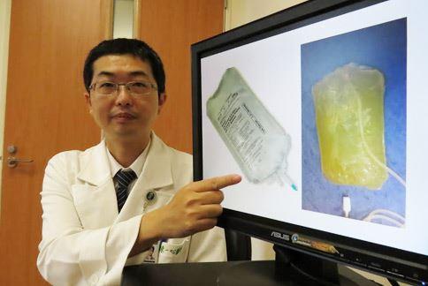 陳一心醫師展示腹膜透析液的正常顏色(左)和異常混濁狀態(右)。(圖片提供/台中慈濟醫院)