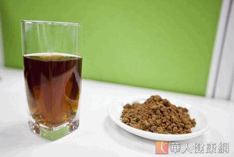 營養學教授指出,可以用薑片加黑糖煮成茶喝,薑片含薑黃素,可以緩解疼痛,黑糖裡又有豐富的鎂,能幫助減緩疼痛。