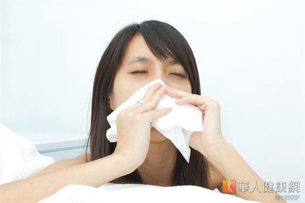 天氣忽冷忽熱,常有民眾因流鼻涕、打噴嚏疑似感冒而困擾。