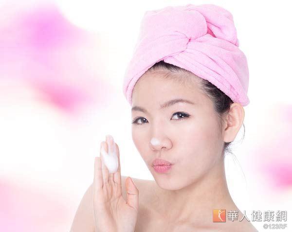 濕著頭髮睡覺,會讓頭皮受涼,甚至導致黴菌感染。