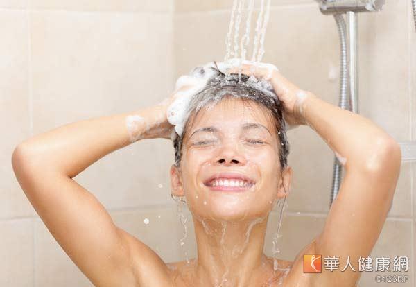 洗完澡後一定要注意擦乾身體和頭髮,避免寒邪和濕氣乘虛而入。