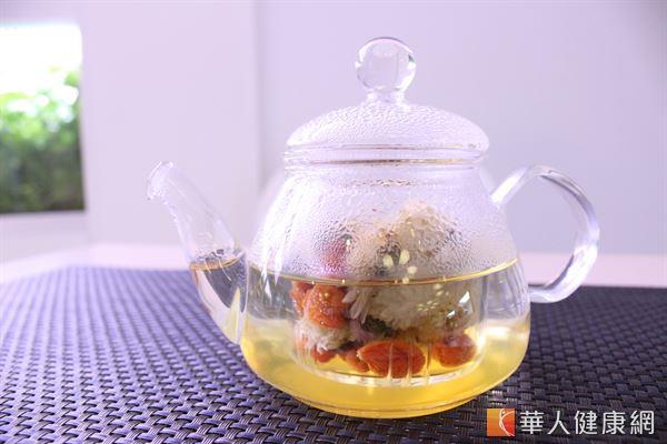 桑葚菊花茶,有助降肝火、疏肝解瘀,改善因肝火過旺引起的斑點問題。