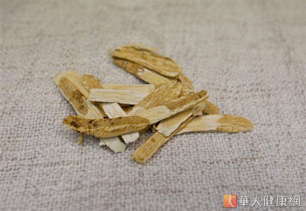 黃耆是中醫藥膳食補常見的藥材之一,有補氣升陽的效果。