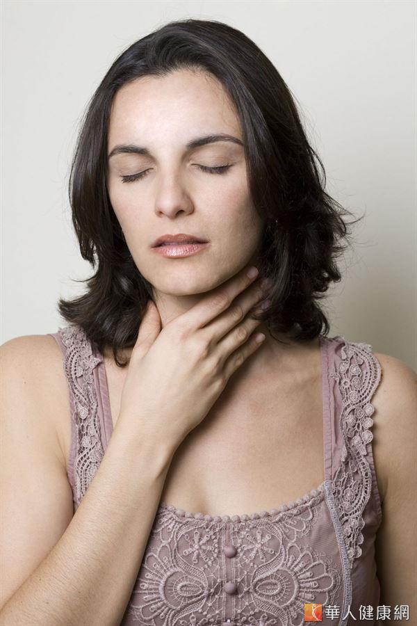 當慢性咽喉炎發生時,要儘量減輕壓力,睡眠盡可能充足,且避免攝取油炸辣鹹的食物。