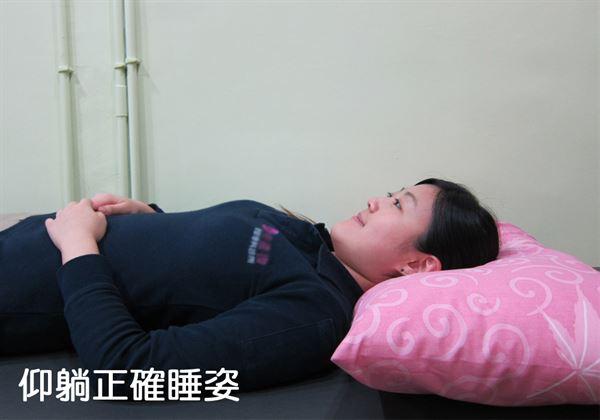 以仰躺睡姿睡眠時,頸部枕骨應與枕頭貼合。(圖片/物理治療師陳偉修提供)