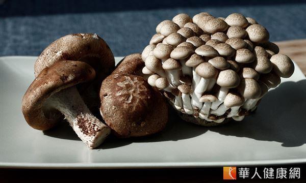 香菇和鴻喜菇,因為含有多醣體,有助於達到防癌、抗癌的效果。