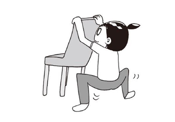 往下蹲腳張開站著, 抓住椅背往下蹲。腰部往下,完全蹲下來也可以。(圖片/大田出版提供)