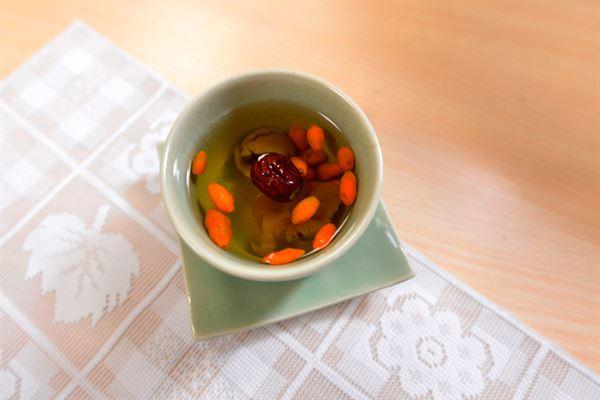 枸杞桂圓紅棗茶適合冬季容易手腳冰冷的民眾飲用。(圖片提供/台北慈濟醫院)