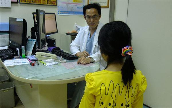 許俊正醫師(中)表示,卵巢囊腫扭轉容易反覆發作,千萬不可小覷。(圖片提供/童綜合醫院)
