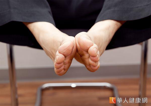 透過2腳腳掌心摩擦來刺激湧泉穴,能藉由摩擦生熱的動作產生溫暖感。(攝影/江旻駿)