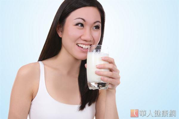 根據統計,8成以上成年人有缺鈣的問題,建議每天適度攝取高鈣牛奶補充。