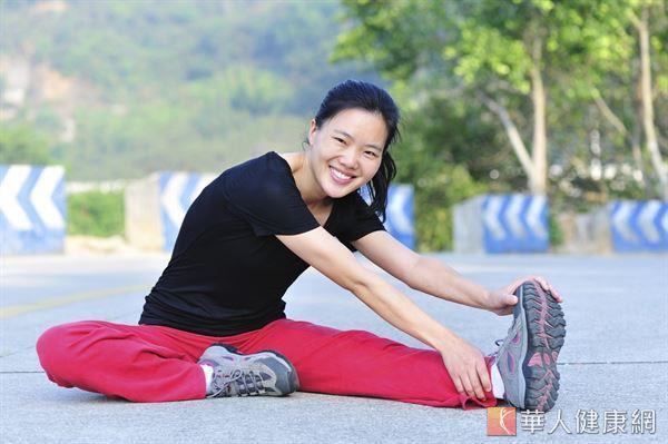 養成每天曬太陽和做運動的習慣,可幫助鈣質吸收,留住骨本。