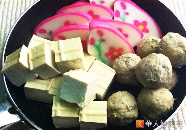 火鍋料屬於高度加工食品的一種,而其中又以易含有化學合成添加物、磷酸鹽的豆腐、貢丸、魚板等「火鍋三寶」有成為「火鍋地雷」的疑慮。