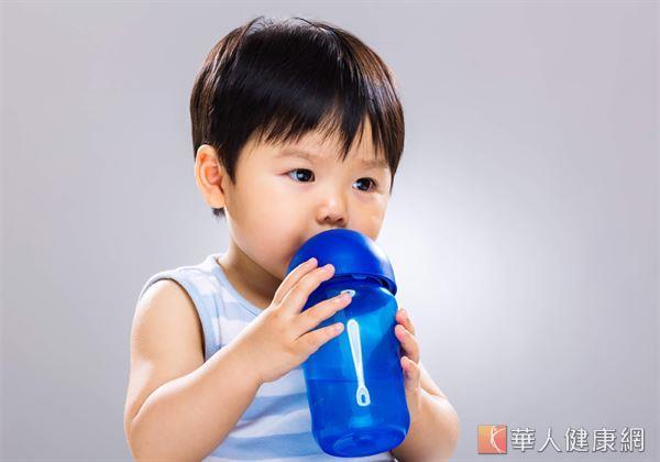 對於學齡前孩童來說,均衡的飲食及攝取足夠的水份、維生素非常重要。