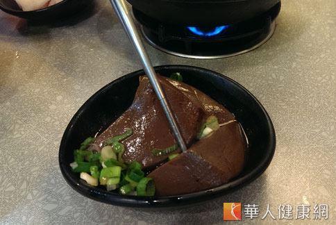 吃麻辣鴨血是會造成糞便潛血,仍是許多民眾錯誤的迷思。(圖片/華人健康網資料照片)