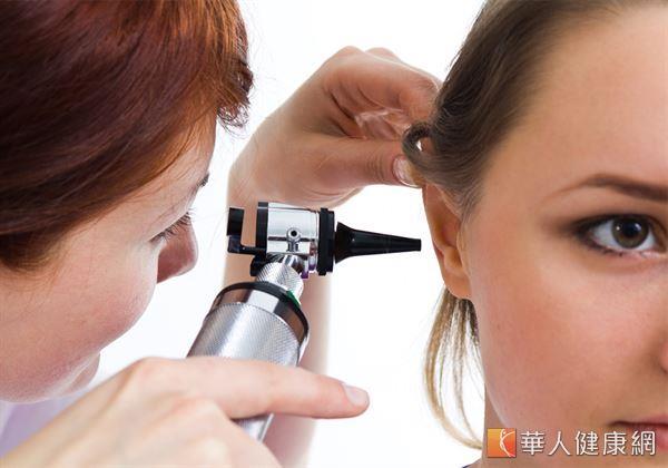 當耳朵有疾病時,常出現的症狀有聽力異常、耳鳴、眩暈、耳悶、耳脹等等。如有持續的症狀,應至耳鼻喉科醫師處檢查。