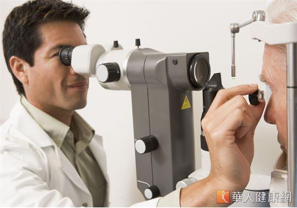隨著年齡增長、白內障等症狀形成,逐漸增厚的水晶體將會使原本的眼部隅角症狀更惡化。