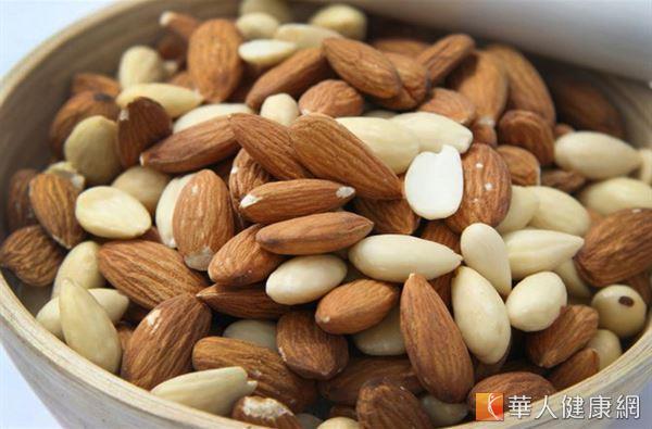 市售堅果多有調味,易會甲狀腺造成代謝負擔,且豐富的油脂也會刺激甲狀腺囊腫的形成,少吃為妙。