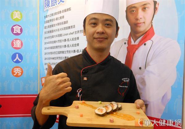 烹飪達人陳麒文展示以新竹在地食材的桔醬和柿餅,製作的創意壽司。(攝影/駱慧雯)