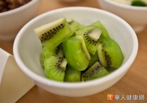 奇異果中含有豐富的鈣質成分,每100公克含有25.15毫克的含鈣量,是香蕉的16倍、蘋果的7倍。