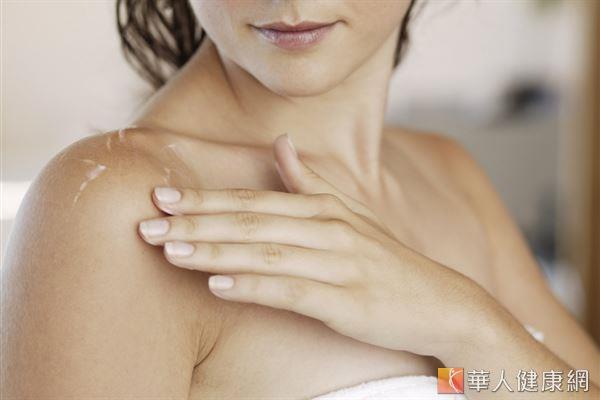 每到換季或寒流來襲,許多人感覺肌膚變得乾燥,需加強保濕。