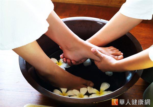 想要有效抗衰、防老化,適度調理滋養腎臟非常重要,而以熱水浸泡腳部的足浴,就是養腎固腎的不錯方式。