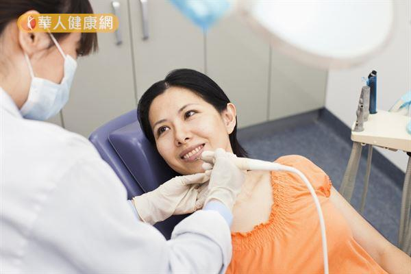 賴柏睿牙醫師指出,「抽神經」只是根管治療的一個步驟,後續還需製作假牙提供保護。