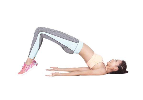 抬起腳跟用腳尖的力量讓臀部抬的更高,感覺腹部和臀部都在用力。(圖片/尖端出版社提供)